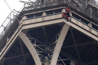 Росіянина, який намагався видертися на Ейфелеву вежу, відправили до психлікарні