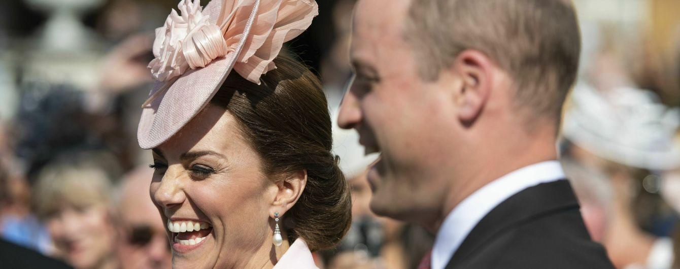 Веселая Кейт в розовом наряде побывала на садовой вечеринке
