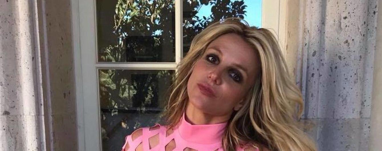 Сосредоточенная Бритни Спирс в топе и шортиках показала, как готовится к лету в спортзале