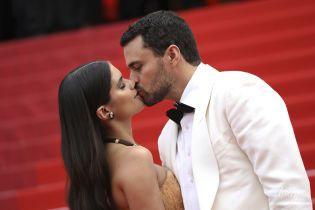 У кутюрній сукні і цілуючись з коханим: Сара Сампайо на червоній доріжці у Каннах