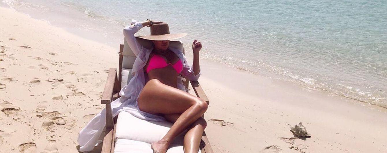 В ярком бикини и широкополой шляпе: Хлое Кардашьян отдыхает на популярном курорте