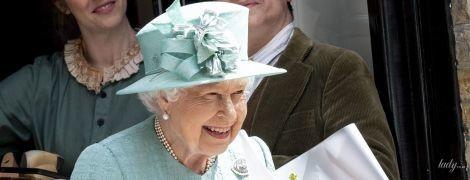 В бирюзовом пальто и плиссированном платье: королева Елизавета II на мероприятии в Лондоне