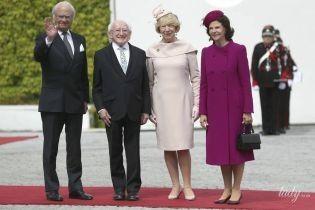 В красивому винному пальті: королева Сільвія затьмарила першу леді Ірландії на офіційному прийомі
