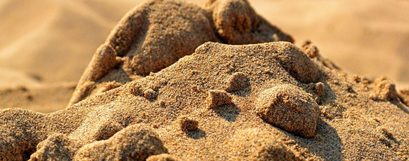 На Львівщині 7-річну дитину на смерть засипало піском