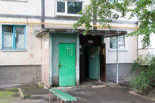 У Києві в під'їзді багатоповерхівки знайшли посиніле тіло