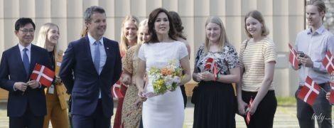 Струнка і красива: кронпринцеса Мері в білій сукні сходила на виставку