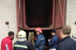На Львовщине грузовой лифт раздавил двух человек