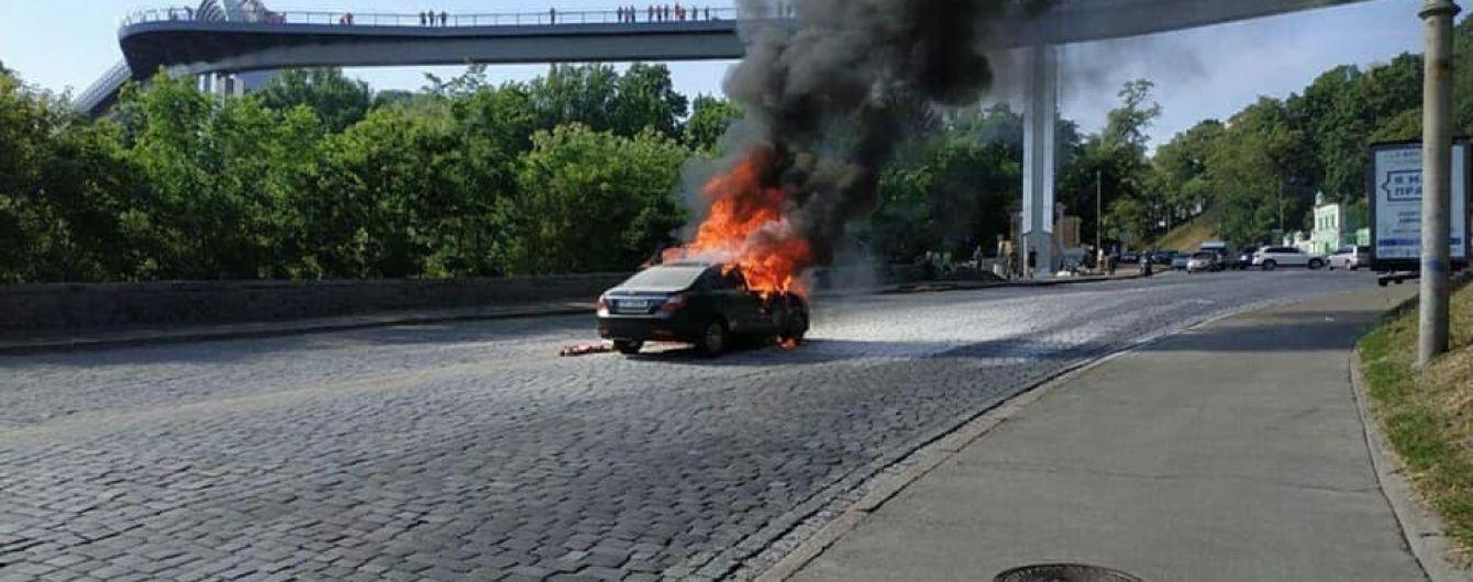 У центрі Києва посеред дороги згорів легковик