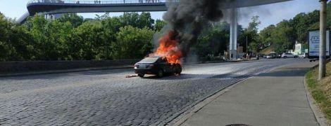 В центре Киева посреди дороги сгорела легковушка