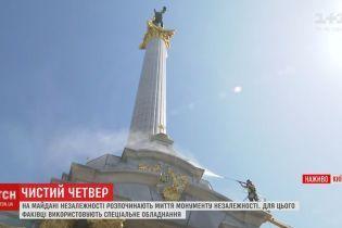 На Майдане мощной техникой моют монумент Независимости