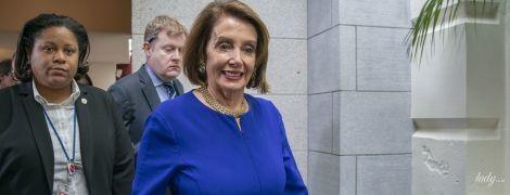 В платье с дыркой и следами тонального крема: известный политик США на встрече с демократами