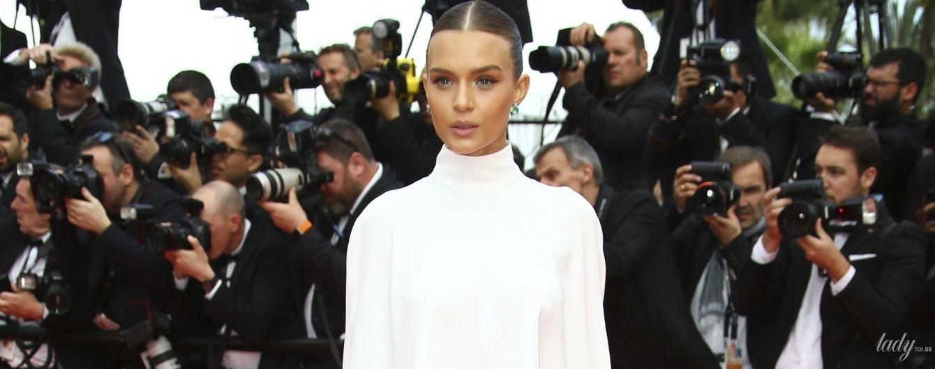 В белом костюме с голой спиной: Жозефин Скривер удивила новым образом