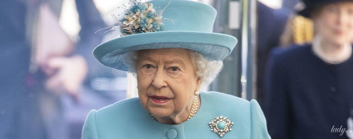 Еще один оттенок бирюзы: королева Елизавета II показала очередной красочный образ