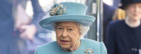 Ще один відтінок бірюзи: королева Єлизавета II показала черговий барвистий образ