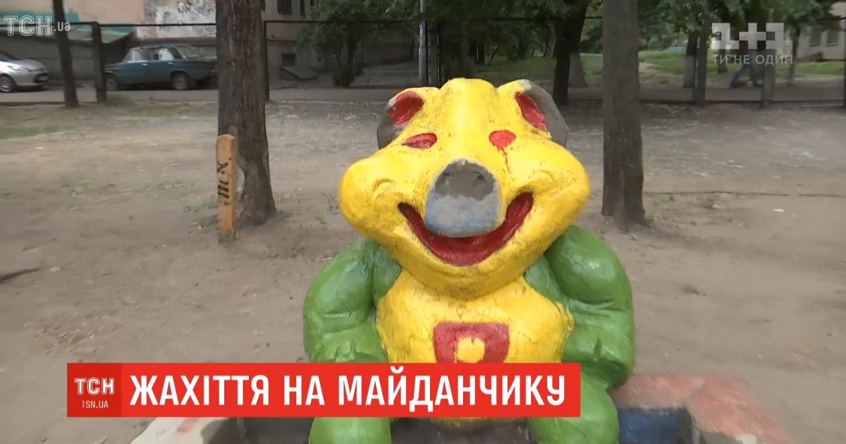 Зеленый медведь и свинья с кровавыми глазами. Коммунальщики необычно покрасили скульптуры на детплощадке