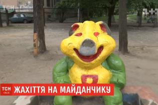 Зелений ведмідь і свиня з кривавими очима. Комунальники незвично пофарбували скульптури на дитмайданчику