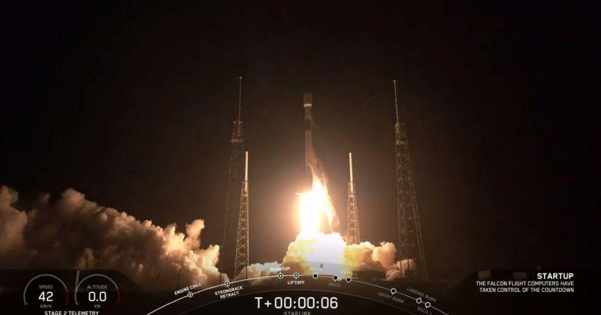 Ракета-носитель Falcon 9 успешно доставила груз в космос и приземлилась на платформу