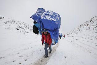 Двое альпинистов погибли из-за аномально большой очереди на Эверест