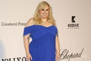 Грайливо оголивши плечі: фігуриста Ребел Вілсон у синій сукні блищала на каннській вечірці