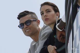 Декольте не світить, зате з сумкою Birkin: Джорджина Родрігес разом з Кріштіану Роналду приїхала до Монако