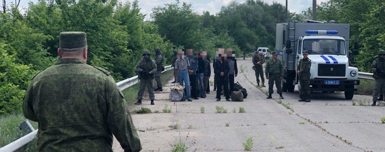 """Боевики """"ЛНР"""" передали Украине 60 заключенных на оккупированном Донбассе"""