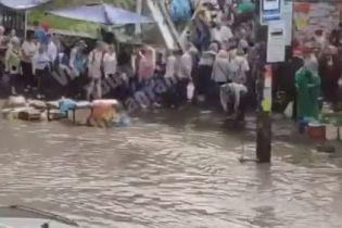 """""""Венеція відпочиває"""". Через зливу на столичному Святошині затопило дорогу"""