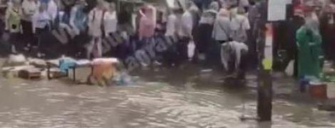 """""""Венеция отдыхает"""". Из-за ливня на столичном Святошино затопило дорогу"""