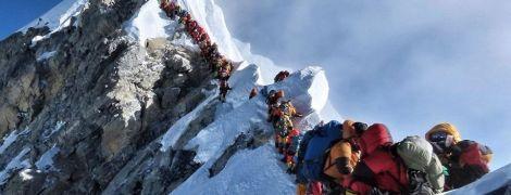"""Альпинисты показали фотографию огромной """"пробки"""" возле вершины Эвереста"""