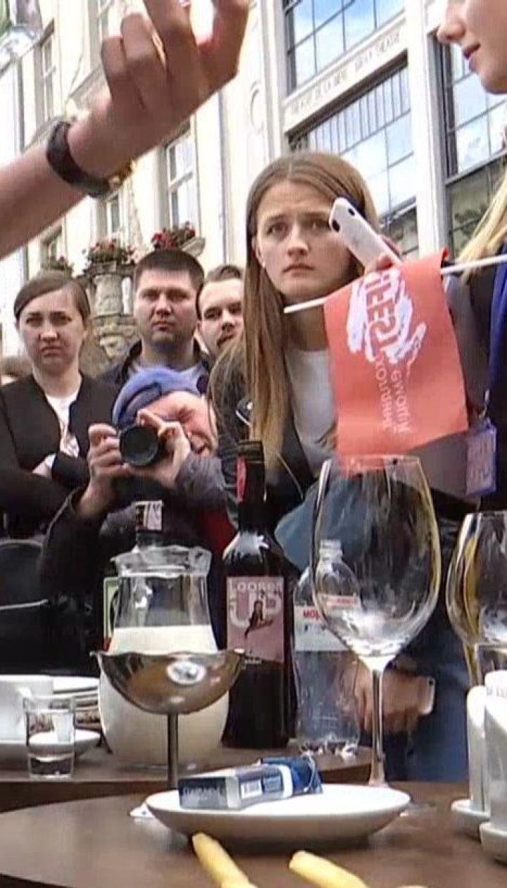 День кельнера: у середмісті Львова влаштували перегони серед офіціантів