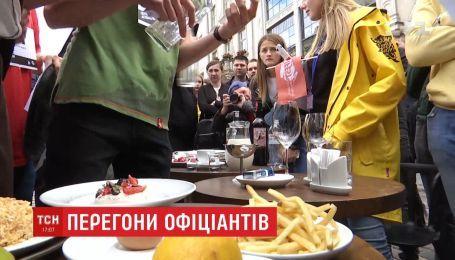 День официанта: в центре Львова устроили гонки среди официантов
