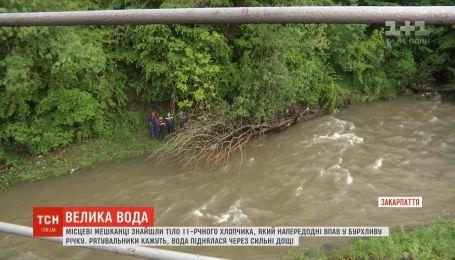 На Закарпатті поліція допитує свідків та вчителів загиблого у воді хлопчика