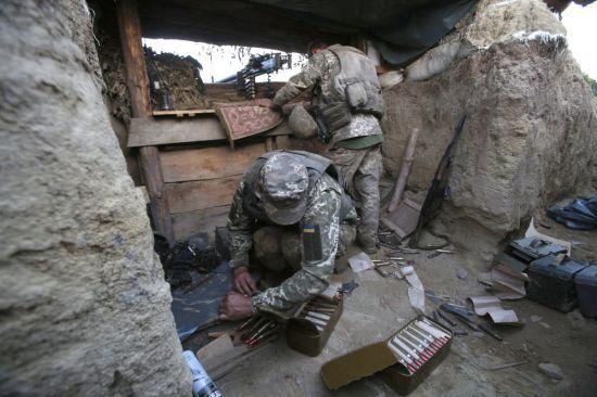 Терористи 17 разів відкривали вогонь по українським військовим: боєць ООС загинув, ще один поранений