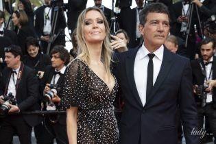 Вот это декольте: подруга Антонио Бандераса поддержала возлюбленного на церемонии закрытия фестиваля в Каннах
