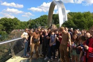 На новом мосту в Киеве заменяют стекло, которое разбили накануне