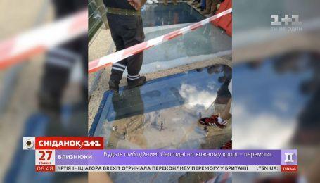 Долгожданный стеклянный мост в центре Киева закрыли сразу после открытия
