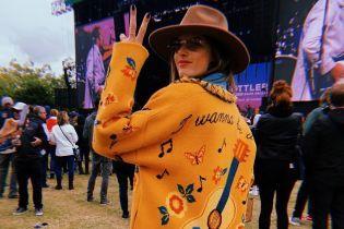 Много музыки и немного вина: Алессандра Амбросио развлекается на фестивале