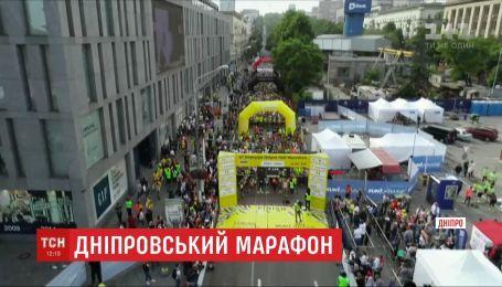 В Днепре стартовал марафон, в котором принимают участие спортсмены со всего мира
