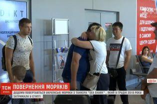 Після піврічного полону у Єгипті п'ятеро українських моряків повернулись додому