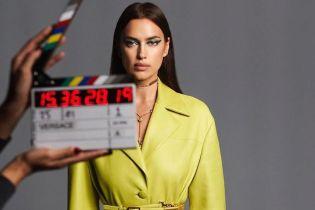 Акцент на желтый: Ирина Шейк в стильной съемке для Versace