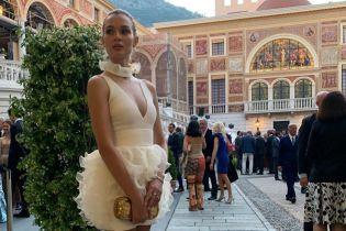 Белый лебедь: Жозефин Скривер подчеркнула стройные ноги мини-платьем
