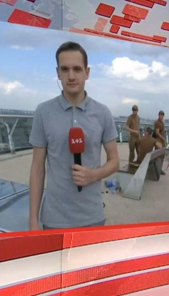 У Києві на новому пішохідному мосту відновили розтрощені скляні поверхні
