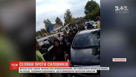 Сотня селян на Ровенщине напала на правоохранителей, которые пришли с обыском к складу
