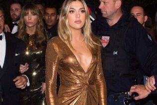 В бронзовом блестящем платье с откровенным декольте: Систин Сталлоне в Каннах