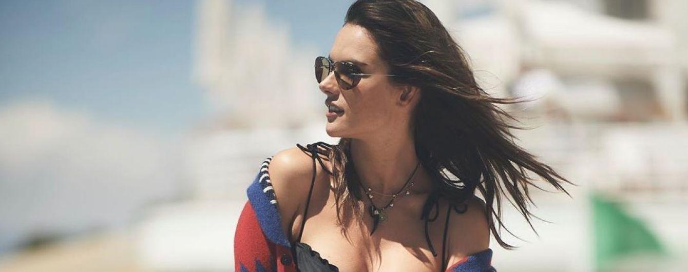 Любит хвастаться пышной грудью: Алессандра Амбросио нежится у бассейна
