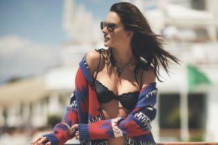 Любить хизуватися пишними грудьми: Алессандра Амбросіо ніжиться біля басейну