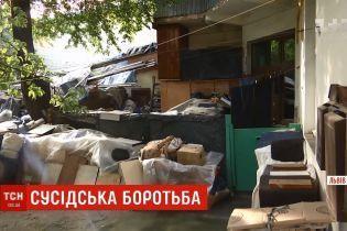 Львовянин, из квартиры которого вывезли 10 тонн мусора, снова завалил жилище хламом