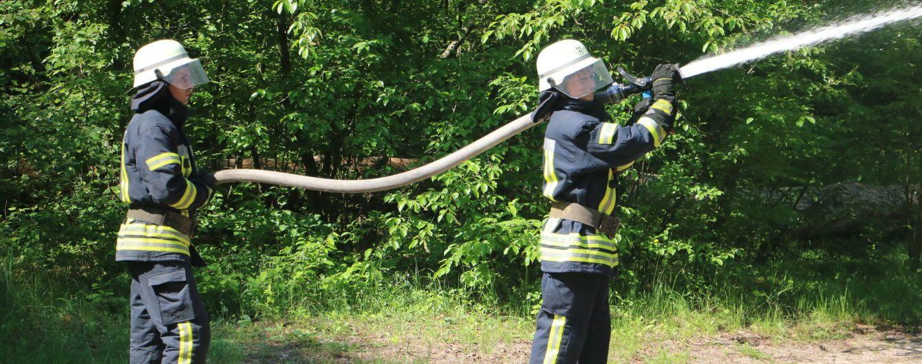 Поблизу Луцька загорівся ліс, рятувальники риють захисні смуги