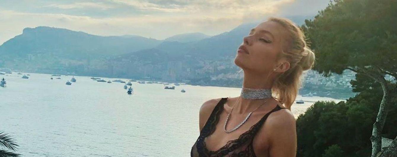 """""""Ангел"""" Стелла Максвелл засвітила груди в білизнянiй сукнi"""