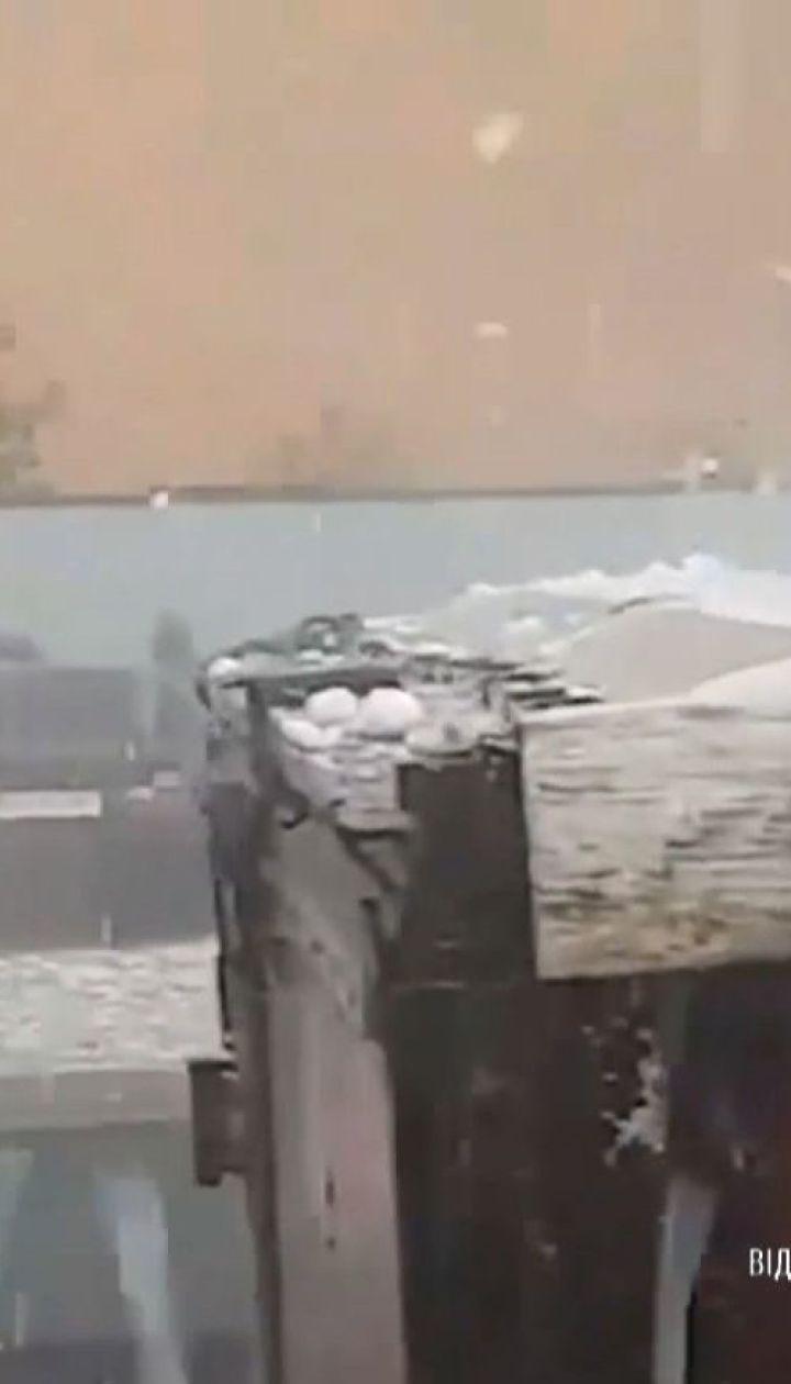 В Румынии град размером с куриное яйцо побил десятки машин, деревья и крыши домов