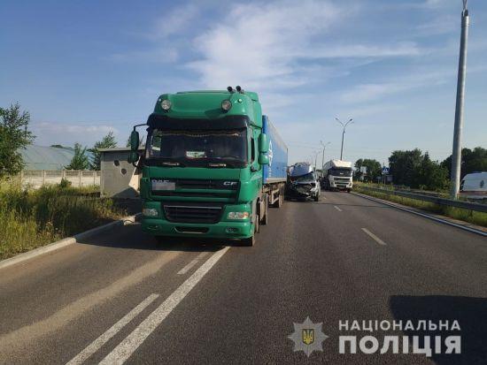 Бус із 16 школярами влетів у вантажівку на Дніпропетровщині